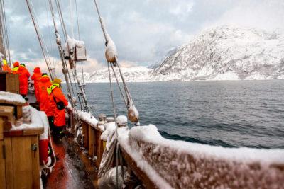 Plavba zimným fjordom posádka