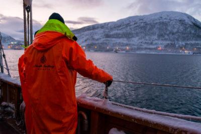 Plavba zimným fjordom hľadanie rýb