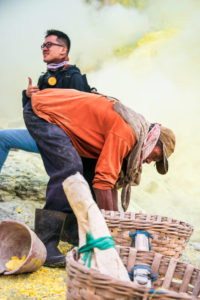 Mount Ijen lov turistov na fotku s horníkom