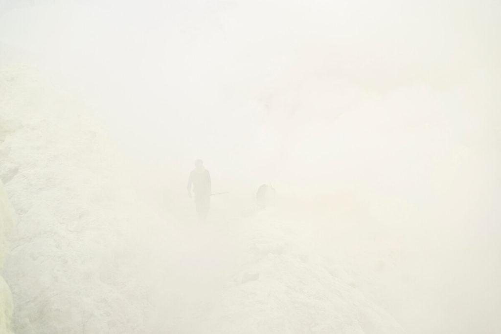 Mount Ijen v zajatí dymu